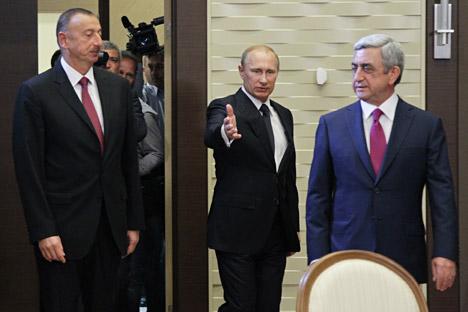 Presiden Rusia Vladimir Putin mengundang Presiden Azerbaijan Ilham Aliyev (kiri) dan Presiden Armenia Serzh Sargsyan (kanan) ke kediamannya di Sochi untuk mencegah eskalasi konflik antara Azerbaijan dan Armenia. Foto: Olesya Kurpyaeva