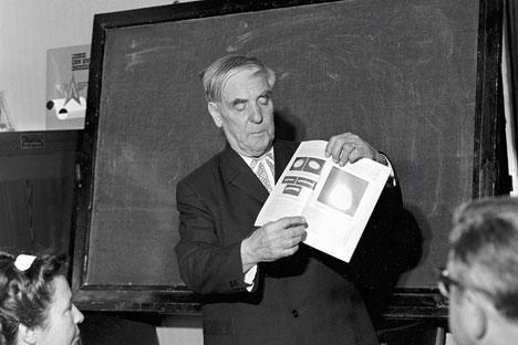 Pyotr Kapitsa mempresentasikan penemuan ilmiah terbarunya di hadapan Komite Penemuan Dewan Menteri Uni Soviet. Foto: RIA Novosti