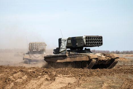 Dari luar, TOS tampak seperti tank T-72, namun tempat meriam diganti dengan tabung peluncur roket. Peluncur ini dapat melakukan tembakan roket tunggal maupun multilaras. Foto: RIA Novosti