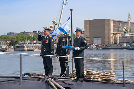 Awak Proyek 885 K-560 Yasen/kapal selam kelas Severodvinsk menyaksikan upacara pengibaran bendera di atas kapal selam di dekat galangan kapal selam nuklir Sevmash. Foto: RIA Novosti
