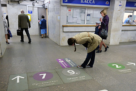 Rambu-rambu baru telah terpasang di lantai beberapa stasiun kereta bawah tanah Moskow untuk menunjukkan arah transit atau keluar stasiun. Foto: Vladimir Pesnya/RIA Novosti