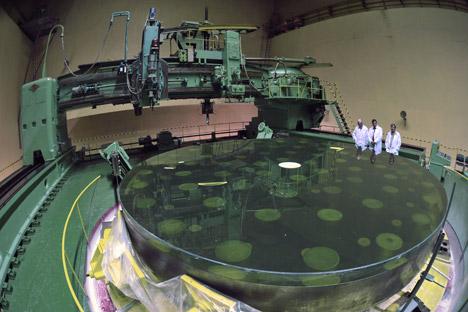 Memoles cermin Teleskop Besar Altazimuth di Lytkarino Optical Glass Factory. Foto: Ramil Sitdikov/RIA Novosti