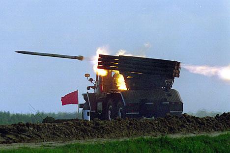 Serangkaian peluncur roket Grad terlihat ditembakkan selama latihan tempur yang dilakukan tentara angkatan darat Armada Baltik di wilayah Kaliningrad, 2011. Fotot: Photoshot/Vostok Photo