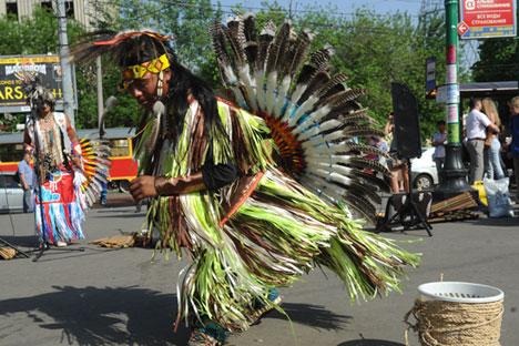 'Gerombolan dari Camuendo' menampilkan pentas musik yang menceritakan kehidupan para pribumi Amerika Latin. Foto: Kirill Kallinikov/RIA Novosti