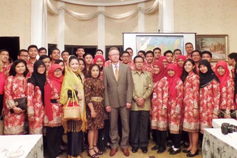 Duta Besar Federasi Rusia untuk Republik Indonesia Mikhail Galuzin (tengah) bersama 50 orang orang peserta beasisw Pemerintah Rusia (batik merah) dari Kalimantan Timur. Foto: Fauzan Al-Rasyid/RBTH Indonesia