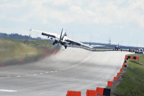 Pesawat tempur Su-25 melakukan pendaratan di lintasan mobil di kawasan Primorye, Rusia. Foto: ITAR-TASS