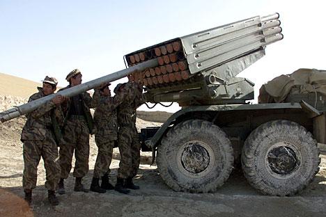 Tentara Aliansi Utara atau Front Islam Bersatu untuk Pembebasan Afganistan memuat peluncur roket Grad di dekat Dashti Kola, Afghanistan utara dekat garis depan, 12 Oktober 2001. Foto: Reuters