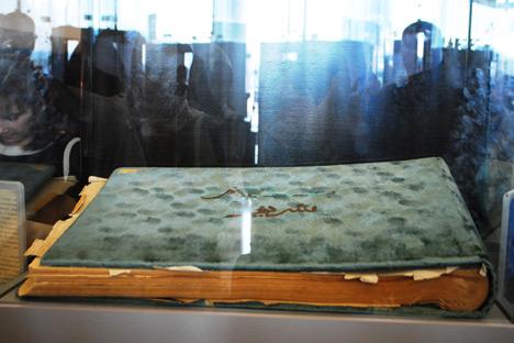 Sebuah Al Quran yang dipamerkan di lobi. Foto: Galina Babich
