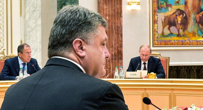 Da esq. para a dir., ministro dos Negócios Estrangeiros russo, Serguêi Lavrov; presidente ucraniano Petrô Poroshenko; e presidente russo, Vladímir Pútin