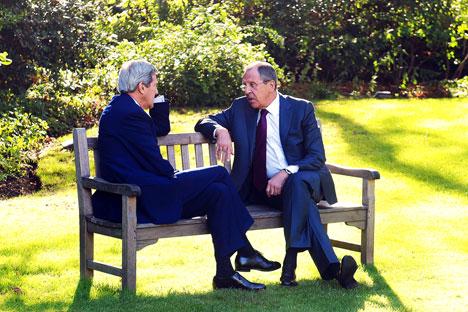 Menteri Luar Negeri AS John Kerry (kiri) dan Menteri Luar Negeri Rusia Sergey Lavrov berdiskusi dalam pertemuan selama tiga jam di Paris. Foto: Eduard Pesov/MFA Russia