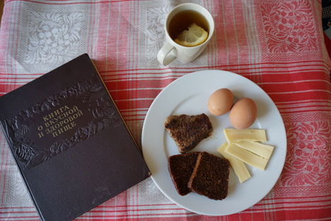 Roti cokelat, sepotong keju, dan telur rebus—ini adalah menu sarapan yang dibuat dari rekomendasi Buku Makanan Sehat dan Lezat Soviet. Foto: Anna Kharzeeva
