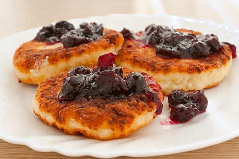 "Syrniki, dari kata Rusia ""syir"" berarti keju, adalah gorengan yang terbuat dari keju dadih lembut khas Rusia yang disebut tvorog. Foto: Lori/Legion Media"