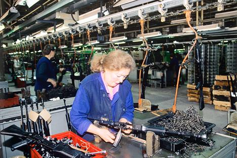 Proses produksi AK-47 di Pabrik Mesin Izhevsk. Foto: Vladimir Vyatkin/RIA Novosti