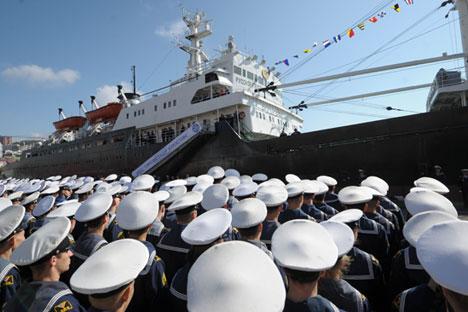 Upacara pelepasan kapal ekspedisi penelitian Professor Khlyustin yang berangkat dari pelabuhan Vladivostok menuju wilayah Kepulauan Kuril. Foto: Alexei Druzhinin/RIA Novosti