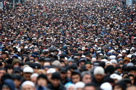 Ribuan umat Islam menghadiri salat Idul Adha di Moskow (4/10). (Sergei Karpukhin/Reuters).