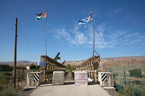 Bendera nasional Yordania dan Israel berkibar berdampingan di jembatan Naharayim, di perbatasan antara Israel dan Yordania, 22 Oktober 2014. Foto: Reuters  Sumber: Russia Beyond the Headlines -