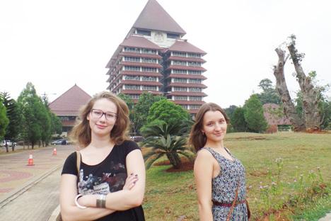 Alexandra (kiri) dan Tatiana, dua mahasiswi tahun ketiga di jurusan Ekonomi Indonesia, Institut Studi Asia dan Afrika Universitas Negeri Moskow, yang kini sedang belajar di Fakultas Ekonomi Universitas Indonesia. Foto: Fauzan Al-Rasyid/RBTH Indonesia