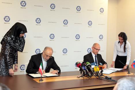 Presiden Direktur Rosatom Sergey Kiriyenko (kanan) dan Kepala Organisasi Energi Atom Iran Ali Akbar Salehi menandatangani kontrak untuk pembangunan PLTN Bushehr tahap kedua dan proyek pembangunan unit PLTN di Iran. Foto: Press photo