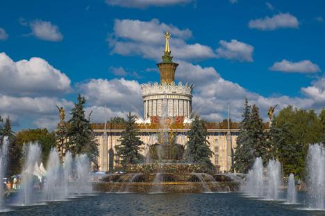 """Dibuka pertama kalinya pada 1939, VDKh adalah salah satu kompleks ekshibisi terbesar di dunia ini juga merupakan kuil tempat seluruh warga Uni Soviet """"bersembah sujud"""". Foto: Alamy/Legion Media"""
