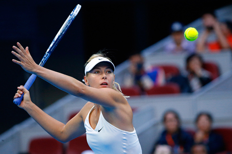 Maria Sharapova dalam pertandingan final tenis tunggal putri di turnamen China Open di Beijing 5 Oktober 2014. Foto: Reuters
