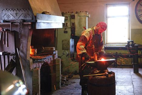 Alexander Bychkov, seorang pandai besi, sedang mengolah baja dengan menggunakan teknologi baja Damaskus. Suzdal, 2006. Foto: Sergey Pyatakov/RIA Novosti