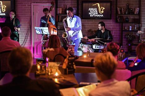 """Pemain saxophone Denis Sitof (tengah) memainkan lagu """"Silver Woman"""" di klub milik Igor Boutman di kota Moskow. Foto: Vladimir Astapkovich/RIA Novosti"""