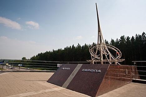 Salah satu tempat wisata utama di Yekaterinburg adalah prasasti yang melambangkan perbatasan antara Eropa dan Asia. Foto: Lori/Legion Media