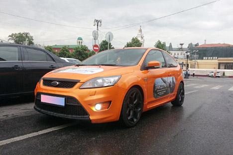 Orang-orang Moskow bisa mendapatkan uang dengan menempelkan stiker di mobil mereka. Foto: Press photo