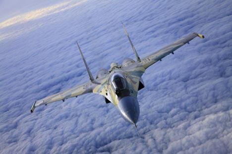 """Saat ini Indonesia memiliki 16 pesawat tempur Su-27SK/SKM dan Su-30 MK/MK2. Hingga 2024, akan ada delapan skuadron yang berisi 16 unit pesawat tipe """"Su"""" per skuadronnya. Kemungkinan skuadron tersebut akan diisi oleh pesawat unggulan saat ini, yakni Su-35. Foto: Sukhoi.org"""