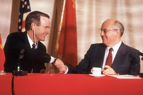 Presiden Amerika Serikat George Bush, Sr. dan Pemimpin Soviet Mikhail Gorbachev berjabat tangan di KTT Malta, 1989.