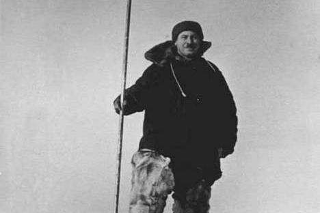 """Papanin: """"Saat meninggalkan gumpalan es terapung, kami meninggalkan bendera Uni Soviet di atasnya sebagai tanda bahwa kami tidak akan pernah menyerah terhadap penaklukan negara sosialisme dan tidak kepada siapapun."""" Foto: Wikipedia"""