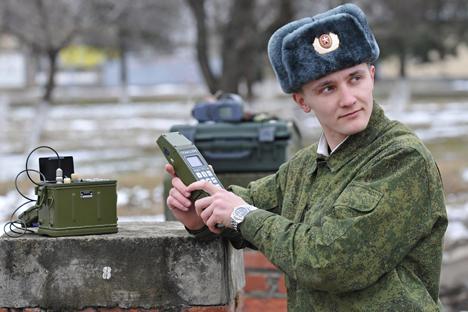 Teknologi pintar ini diluncurkan bagi para tentara secara individual, khususnya para tentara penerima sinyal navigasi bergerak. Foto: Sergey Pivovarov/RIA Novosti