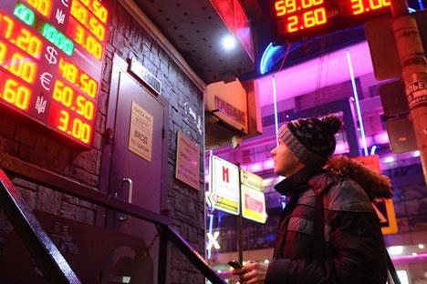 Rusia harus mengambil tindakan aktif untuk menstabilkan rubel, menjaga agar inflasi tetap berada dalam batas wajar, dan menjalankan program substitusi impor. Foto: Alexander Ryumin/TASS