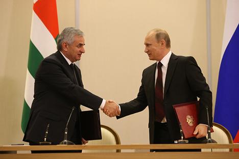 Presiden Rusia Vladimir Putin dan Presiden Abkhazia Raul Khajimba telah menandatangani perjanjian aliansi dan kemitraan strategis. Foto: Konstantín Zavrazhin
