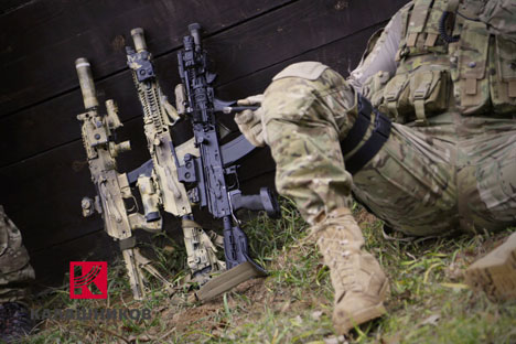"AK-12 merupakan generasi kelima ""sistem Kalashnikov"", dengan sistem piston langkah panjang bertenaga gas yang sama dengan yang digunakan pada semua senapan Kalashnikov. Foto: Rostec"