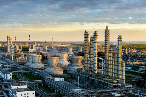 Pabrik Nizhnekamsk, salah satu pabrik petrokimia terbesar di Eropa, merupakan pabrik yang memproduksi bahan-bahan plastik dan karet sintetis. Foto: Slava Stepanov/GELIO