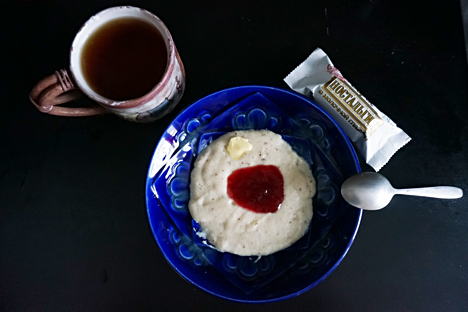 Pada masa Soviet, mannaya kasha dianggap sebagai hidangan sarapan terbaik untuk anak-anak. Makanan ini disajikan di mana-mana: di rumah, di sekolah, di kantin kantor, dan tempat-tempat lain. Foto: Anna Kharzeeva