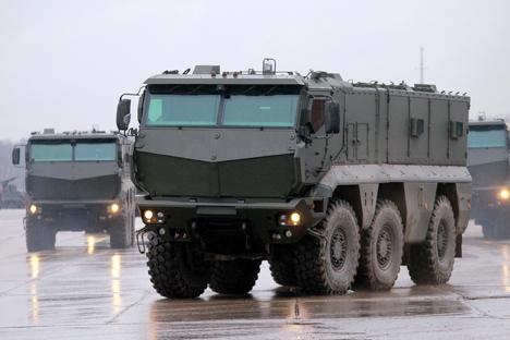 Kendaraan ini memiliki berat 25 ton, dilengkapi dengan mesin 450 tenaga kuda dengan transmisi otomatis, dan dapat mengangkut 16 tentara. Foto: Vitaly Belousov/RIA Novosti