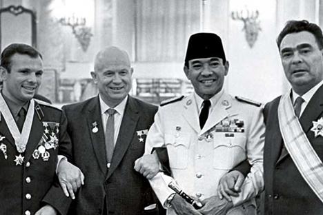 Dari kiri ke kanan: kosmonot legendaris Uni Soviet Yuri Gagarin, Nikita Khruchev, Presiden RI Soekarno, dan Leonid Brezhnev di Kremlin, Moskow, Juni 1961. Foto: RIA Novosti