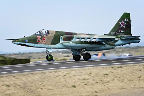 Su-25 merupakan pesawat bermesin jet ganda dengan bobot 17 ton. Foto: TASS