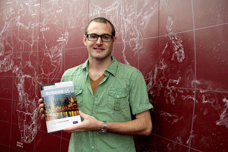 Tim dari Australia berjanji akan belajar bahasa Rusia dengan giat dari buku yang telah ia dapatkan. Foto: Slava Petrakina/RBTH