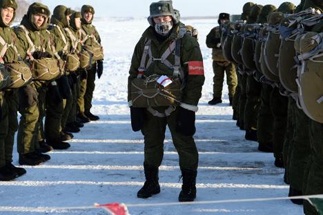 Pasukan dari Pusat Latihan No. 242 dari Angkatan Udara Rusia mempersiapkan diri untuk naik pesawat di lapangan udara Chkalovsky di Omsk, Rusia. Foto: Alexey Malgavko/RIA Novosti