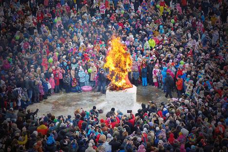Festival Maslenitsa (juga dikenal sebagai Hari Pancake) dirayakan pada minggu terakhir sebelum puasa Paskah. Sebuah patung Musim Dingin dibakar selama festival Maslenitsasebagai tanda berakhirnya musim dingin dan menyambut datangnya musim semi. Foto: Vladimir Vyatkin/RIA Novosti