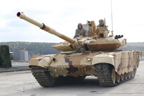 Tank Rusia T-90SM dipersenjatai dengan amunisi tambahan berupa senapan berdaya ledak tinggi terbaru ZVOF77V dengan peluru ZOF54. Foto: Wikipedia