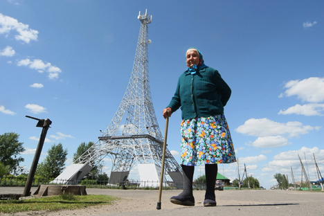Sebuah perjalanan surealis melintasi 'Eropa' di Pegunungan Ural, mengunjungi Menara Eiffel dan Tembok Berlin di Rusia.