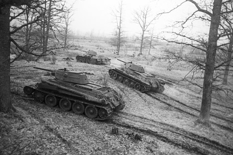 Tank T-34 di  Front Belorusia Ketiga, tahun 1944. Foto: RIA Novosti