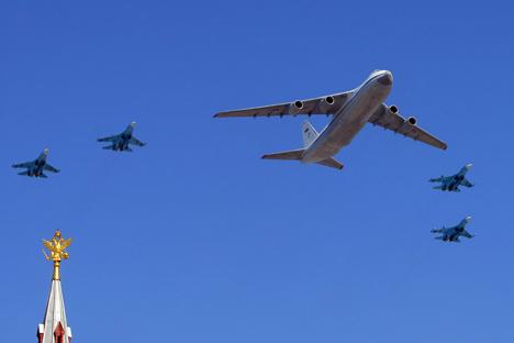Seorang narasumber menyampaikan, produsen kendaraan militer akan merancang pesawat transportasi militer kelas berat dan menengah. Foto: Vitaly Belousov / TASS