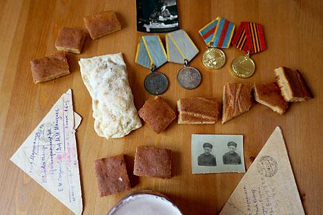 Kue kering apel dan kue spons dengan krim asam. Foto: Anna Kharzeeva