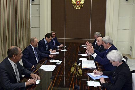 Menteri Luar Negeri AS John Kerry dan Presiden Rusia Vladimir Putin berbicara pada awal pertemuan bilateral di kediaman presiden Bocharov Ruchey di Sochi, 12 Me 2015. Foto: EPA