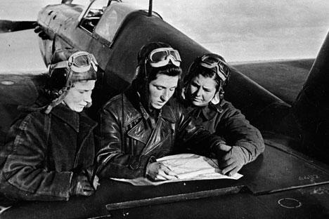 Dari kiri ke kanan: Lilya Litvyak, dan Katya Budanova, Masha Kuznetsova di dekat pesawat Yak-1. Foto: RIA Novosti